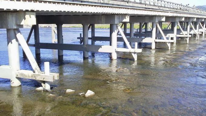渡月橋下側