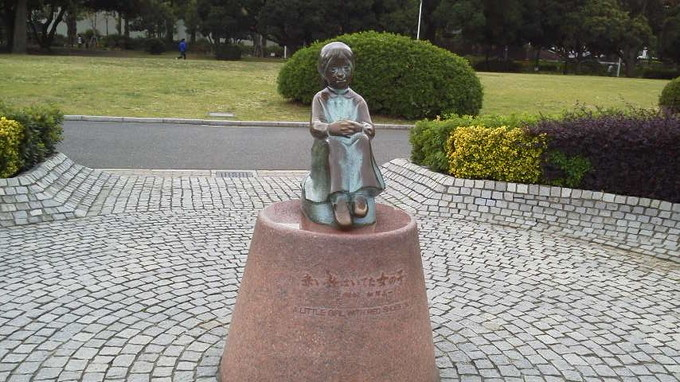 赤い靴はいてた女の子像-横浜