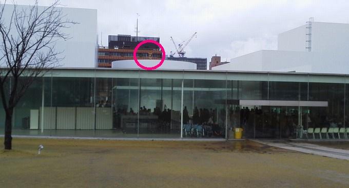 雲を測る男-金沢21世紀美術館入口