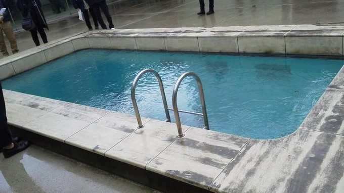 上から見るプール-金沢21世紀美術館